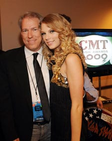 (L-R) Senior Vice President of Development of CMT John Hamlin with Taylor Swift backstage. (Photo: Rick Diamond/Getty Images)