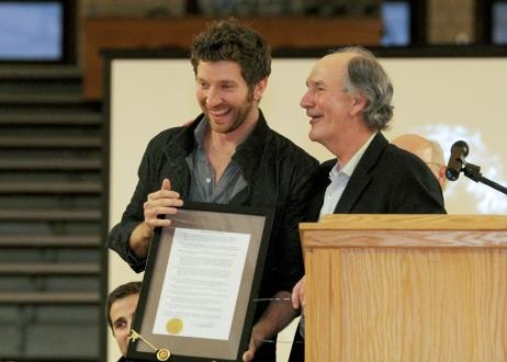Brett Eldredge with Paris, Ill. Mayor Craig Smith. Photo credit Cathy Drake Photography.