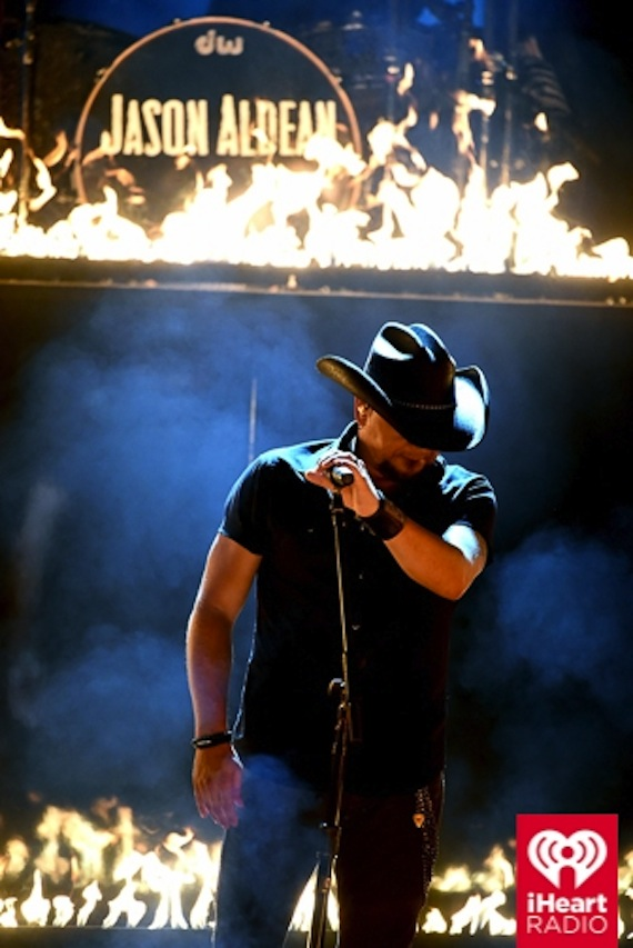 Jason Aldean performs on the awards.