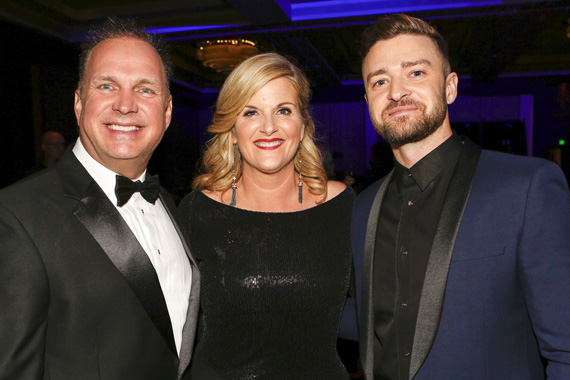 Pictured (L-R): Garth Brooks, Trisha Yearwood, Justin Timberlake
