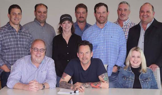 Front Row (L-R): UMG Nashville Chairman & CEO Mike Dungan, Gary Allan, UMG Nashville President Cindy Mabe Back Row (L-R): UMG Nashville Vice President Business and Legal Affairs Rob Femia, Milom Horsnell Crow Rose Kelley PLC's David Crow, FBMM's MaryAnn McCready, WME's Rob Beckham, UMG Nashville Senior Vice President Promotion Royce Risser, UMG Nashville Senior Vice President A&R Brian Wright, Lytle Management Group's John Lytle