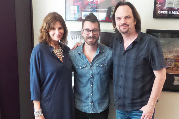 Pictured (L-R): Rounder Records VP A&R Tracy Gershon, Sean McConnell, MusicRow Owner/Publisher Sherod Robertson. Photo: Craig Shelburne