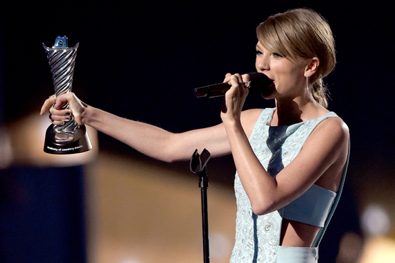 Taylor Swift receives Milestone Award at 50th Annual ACM Awards. Photo: Courtesy of ACM